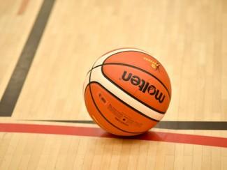 Basketball auf Hallenboden